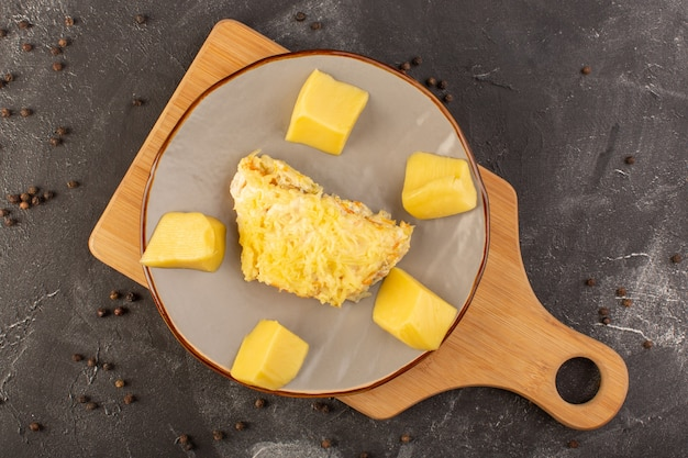 Une vue de dessus salade de légumes mayyonaised avec poulet et fromage frais à l'intérieur de la plaque avec des graines de café sur la salade de bureau gris repas alimentaire