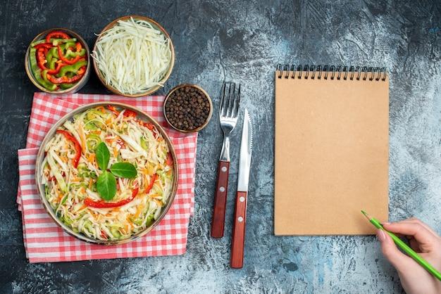 Vue De Dessus De La Salade De Légumes Savoureuse Sur Une Surface Sombre Photo gratuit