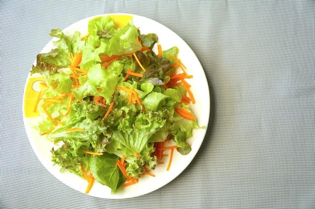 Vue de dessus de salade mix. feuille de laitue et carotte. légumes biologiques bon pour l'alimentation. saine.