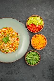 Vue de dessus de la salade de poulet aux légumes avec des légumes verts sur le régime alimentaire sain de la salade grise