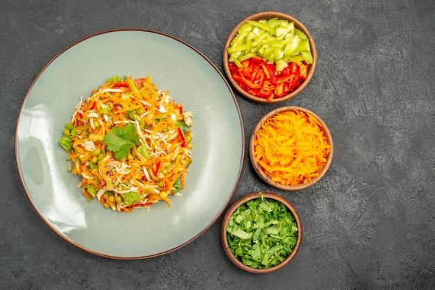 Vue de dessus de la salade de poulet aux légumes avec des légumes verts sur la santé des aliments de régime de salade grise