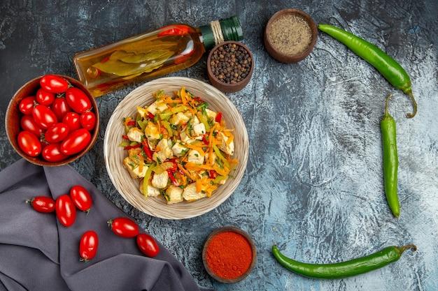 Vue de dessus salade de poulet aux légumes avec des tomates sur le bureau léger