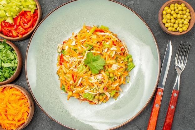 Vue de dessus de la salade de poulet aux légumes avec des verts sur la santé de la salade de régime alimentaire gris