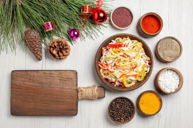 Vue de dessus salade de poulet frais avec assaisonnements sur un bureau blanc collation repas viande salade fraîche