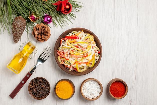Vue de dessus salade de poulet frais avec assaisonnements sur un bureau blanc collation viande salade fraîche repas