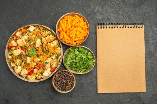 Vue de dessus salade de poulet avec des légumes verts et des légumes sur la santé de la salade de régime de bureau sombre