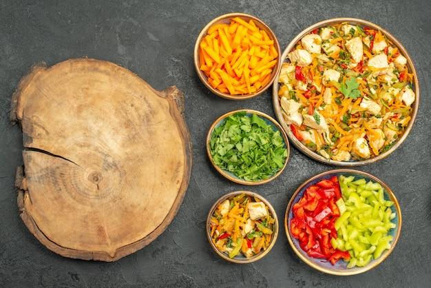 Vue de dessus salade de poulet avec des légumes et des verts sur la santé de la salade de régime table sombre