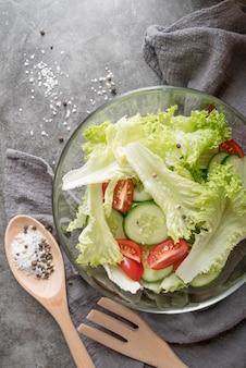 Vue de dessus salade saine aux légumes