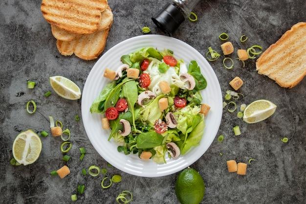 Vue de dessus salade saine avec du pain grillé