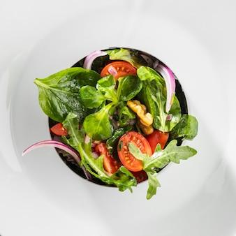 Vue de dessus salade saine en forme ronde en métal