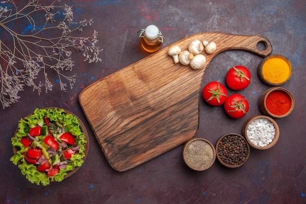 Vue de dessus salade et salade d'épices avec tomates oignons poivrons verts et huile de laitue différentes épices et champignons
