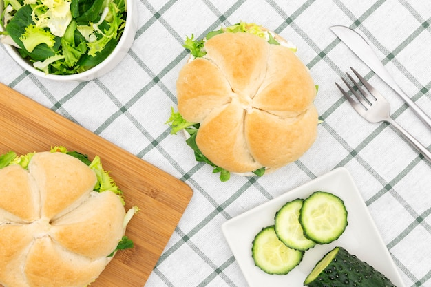 Vue de dessus de salade avec sandwich et tranches de concombre