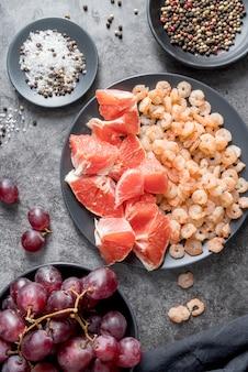 Vue de dessus salade savoureuse aux crevettes prête à être servie