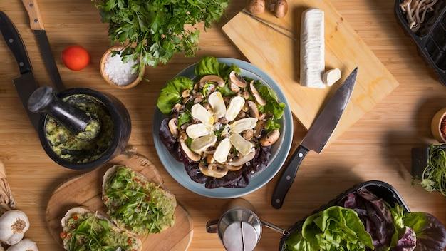 Vue de dessus salade sur table
