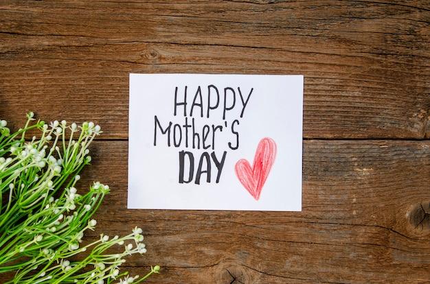 Vue de dessus salutation de la fête des mères sur la table