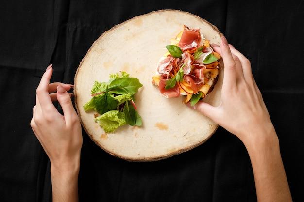 Vue de dessus sandwich avec jamon et salade à bord