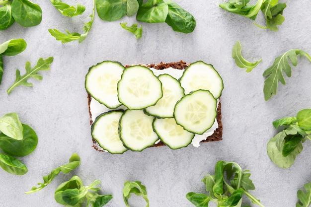 Vue de dessus des sandwichs avec concombres et salade
