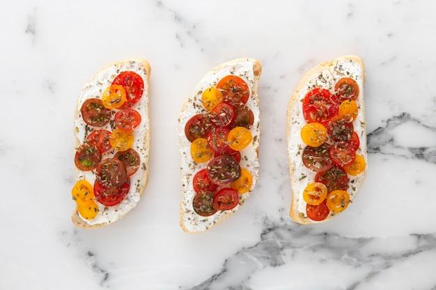 Vue de dessus des sandwichs avec du fromage à la crème et des tomates