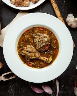 Vue de dessus de sauce au poulet à l'ail