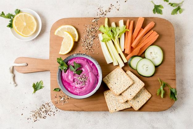 Vue de dessus de la sauce rose aux légumes
