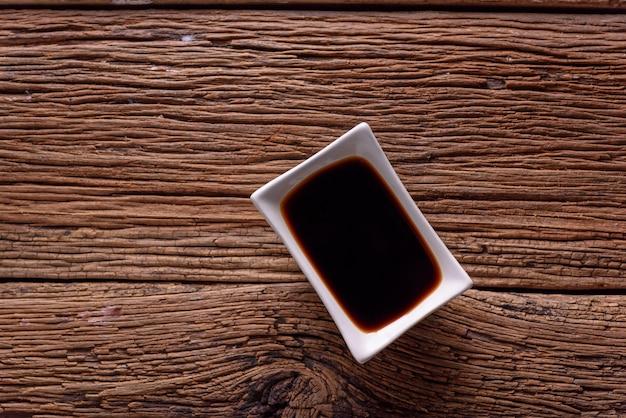 Vue de dessus sauce de soja sur fond en bois