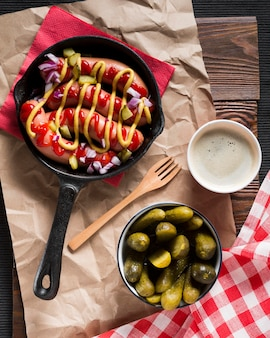 Vue de dessus des saucisses dans une casserole avec des sauces