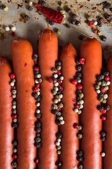 Vue de dessus des saucisses avec mélange de poivre