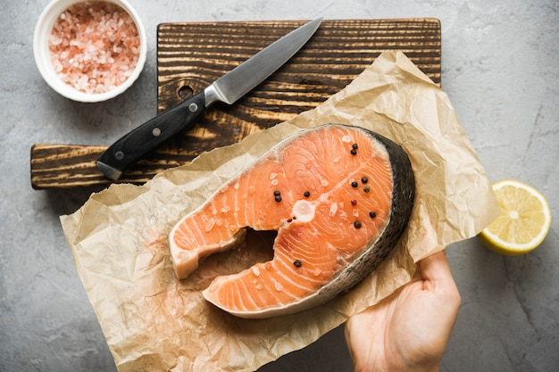 Vue de dessus saumon avec condiments