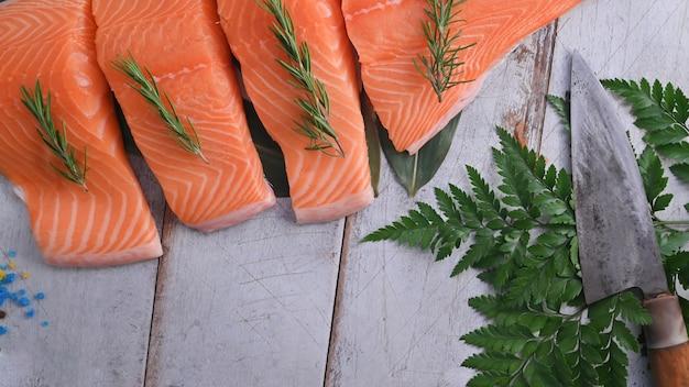 Vue de dessus saumon cru et couteau de cuisine sur une table en bois.