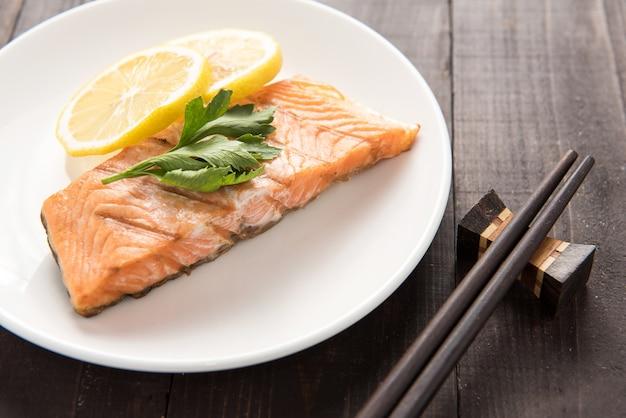 Vue de dessus saumon grillé au citron sur le plat.