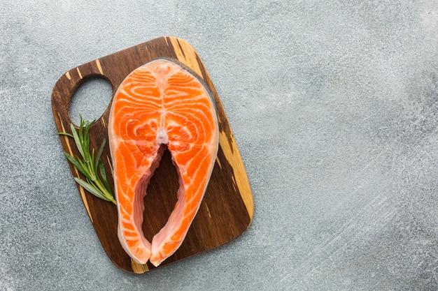 Vue de dessus saumon sur planche de bois
