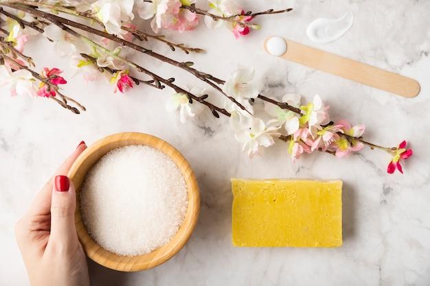 Vue de dessus savon et sel minéral