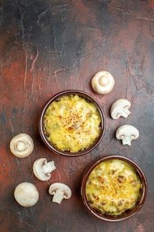 Vue de dessus savoureuse julienne dans des bols de champignons crus sur marron