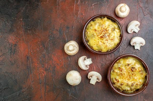 Vue de dessus savoureuse julienne dans des bols de champignons sur marron avec