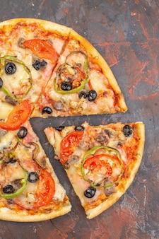 Vue de dessus savoureuse pizza au fromage tranchée et servie sur une surface brun foncé