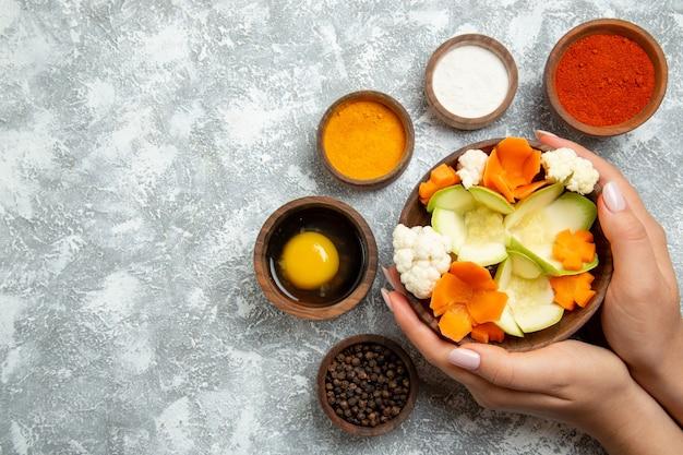 Vue de dessus savoureuse salade avec assaisonnements sur fond blanc repas salade santé alimentaire légume