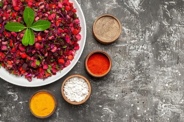 Vue de dessus savoureuse salade de betteraves vinaigrette avec assaisonnements sur la surface sombre