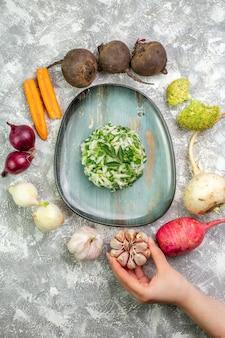 Vue de dessus savoureuse salade de chou avec des légumes frais sur un tableau blanc