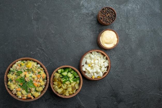 Vue de dessus savoureuse salade avec des légumes tranchés sur fond gris collation salade repas déjeuner