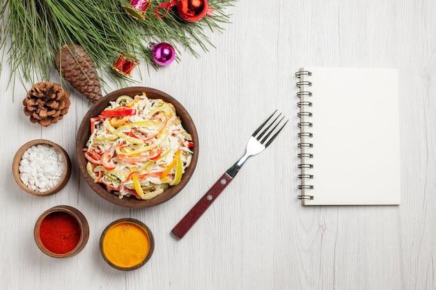 Vue de dessus savoureuse salade de poulet avec assaisonnements sur bureau blanc viande repas frais collation salade