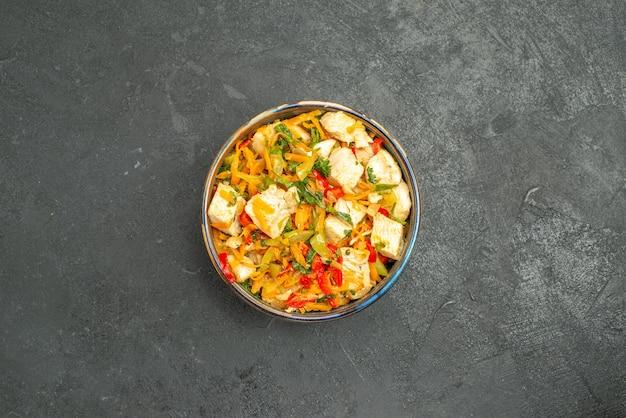 Vue de dessus savoureuse salade de poulet aux légumes