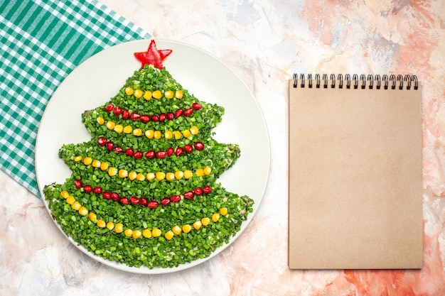 Vue de dessus savoureuse salade verte en forme d'arbre de nouvel an sur fond clair