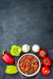 Vue de dessus savoureuse soupe aux légumes avec des légumes frais