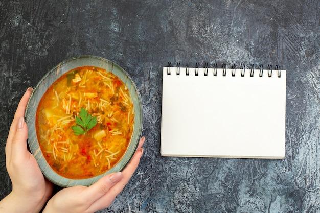 Vue de dessus savoureuse soupe aux vermicelles à l'intérieur de l'assiette sur la table gris clair