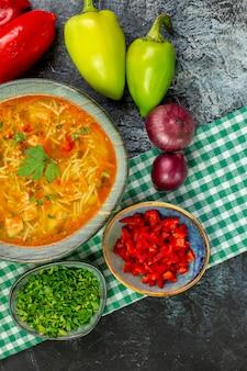 Vue de dessus savoureuse soupe de vermicelles avec de l'ail et des légumes sur la table gris clair