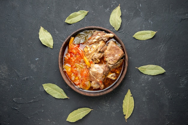 Vue de dessus savoureuse soupe de viande avec des légumes sur une sauce grise de couleur foncée plat de repas plats chauds viande pomme de terre dîner