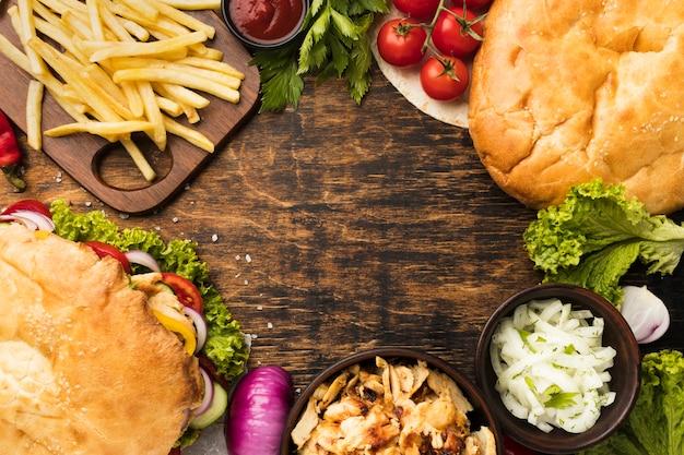 Vue de dessus de savoureuses brochettes avec frites et espace copie