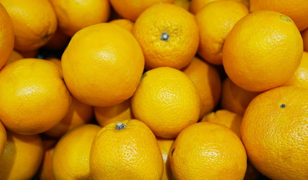 Vue de dessus de savoureuses oranges espagnoles fraîchement récoltées sur le marché