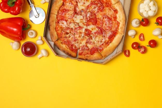 Vue de dessus de savoureuses pizzas et ingrédients