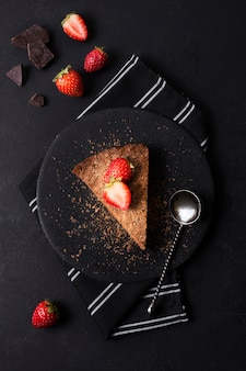 Vue de dessus savoureux gâteau aux fraises sur une assiette